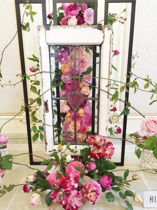 ステンドグラスとバラ