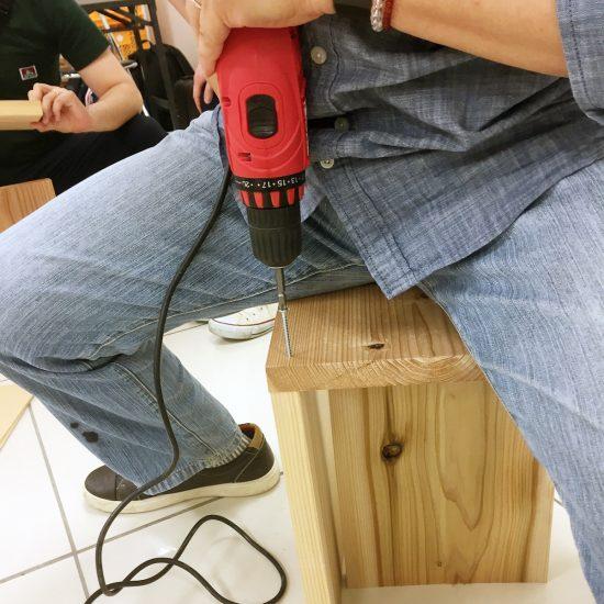 電動ドライバーでネジ締め。工具を使う時はいつもワクワクします(笑)