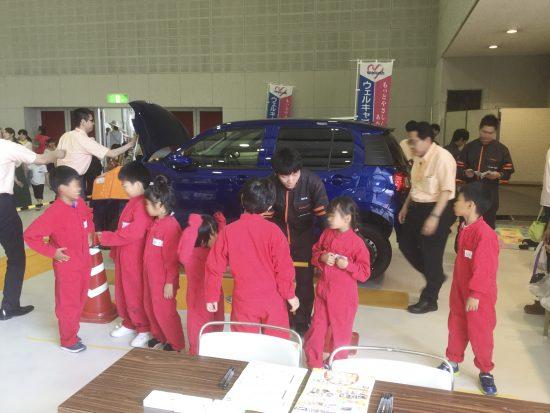 車の整備士さん。赤いつなぎがカッコいい!