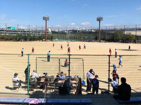 横のグラウンドではソフトボールの大会が行われてました